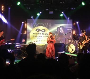 家家獲邀出席「法國坎城MIDEM國際唱片展」台灣之夜演出 台下丟「燒肉粽」超應景
