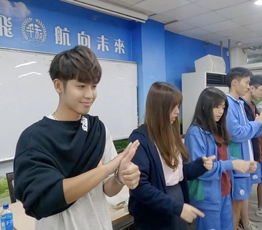 鼓鼓呂思緯前進和平高中手語社 手持GoPro拍攝與同學交流沒距離