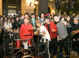 鼓鼓呂思緯合作街頭藝人鼓手勇哥 與街頭群眾提前溫暖過聖誕!