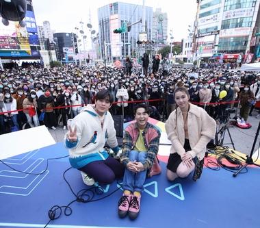 告五人《運氣來得若有似無》台北簽唱會 歌迷不畏低溫擠爆西門六號出口!